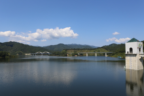 아름답고 깨끗한 물은 선경이 따로 없다.